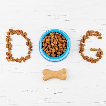 Teksta pies z kością na białej drewnianej powierzchni