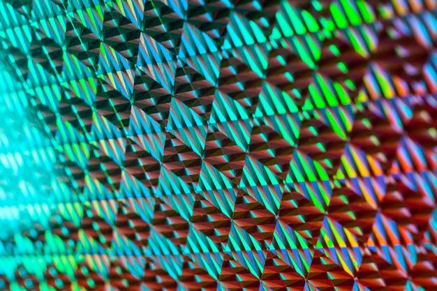Tekstura czerwonej folii z efektem holograficznym.