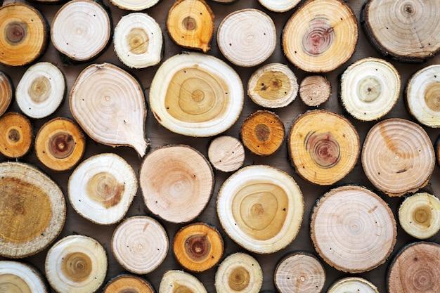Tekstura drewna. kawałki przetartych kłód. naturalne tło.