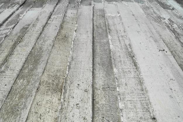 Tekstura drewniany szalunek stemplujący na surowej betonowej ścianie jako tło