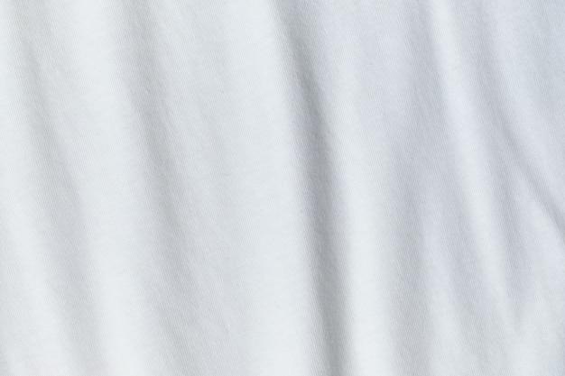 Tekstura i tło zmiętej białej tkaniny.