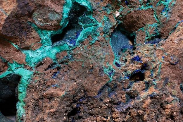 Tekstura kamienia naturalnego z żyłkami malachitu, geologia.