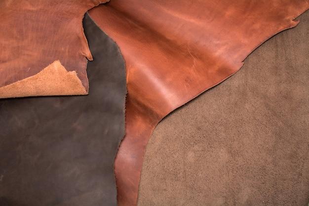 Tekstura kawałków brązowej skóry. naturalne tło materiału.