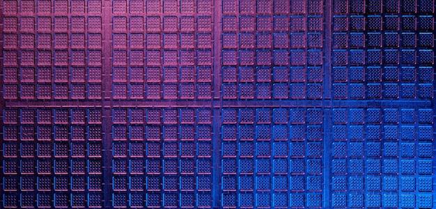 Tekstura metalowej kratki w neonowych kolorach