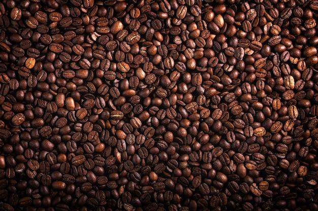 Tekstura nasion kawy. wysokiej jakości tło organiczne z prażonymi perełkami kawy.