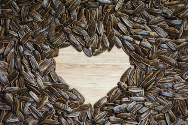 Tekstura nasion słonecznika sprawia, że kształt serca na środkowym tle