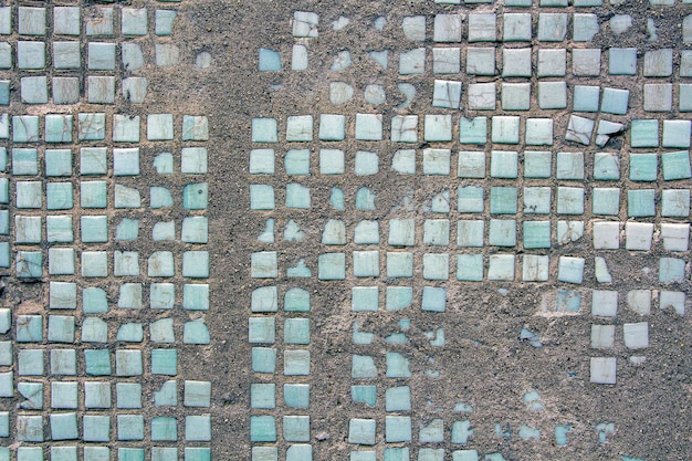 Tekstura pękniętej ściany z płytkami ceramicznymi