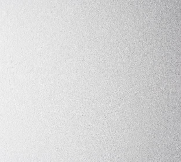 Tekstura pomalowanej na biało ściany wewnętrznej domu, pełna rama