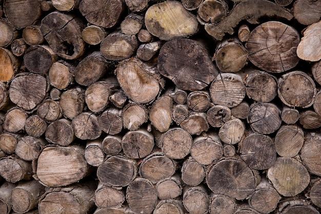 Tekstura posiekanego drewna. tło drewna opałowego.