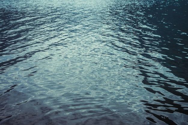 Tekstura purpurowa spokojna woda górskiego jeziora