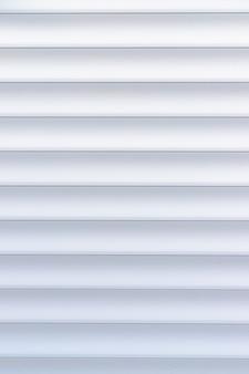 Tekstura rolety. tło z metalowymi paskami w kolorze białym. rolety żelazne w kolorze białym.