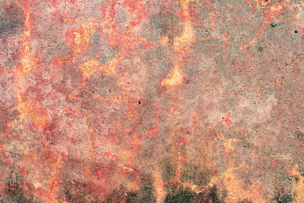 Tekstura ściany betonowej z pęknięciami i zadrapaniami, które mogą służyć jako tło