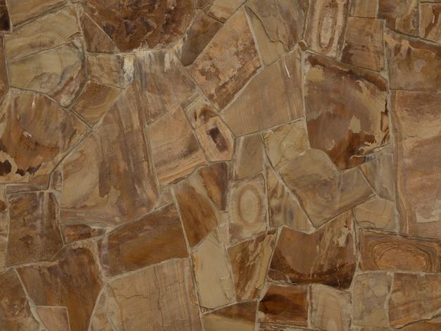 Tekstura ściany jest wykonana z brązowego kamienia