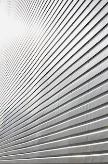 Tekstura ściany wykonana jest z metalowej powłoki ogromnych aluminiowych płyt o płaskorzeźbionym kształcie
