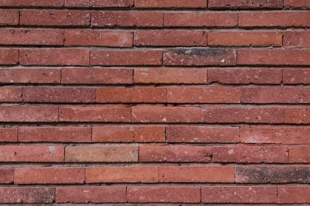 Tekstura ściany wykonanej ze starych surowych cegieł. ściany są ciemnoczerwone. . zdjęcie wysokiej jakości