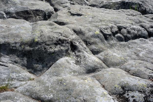 Tekstura skał górskich polerowanych przez wiatry i deszcze.