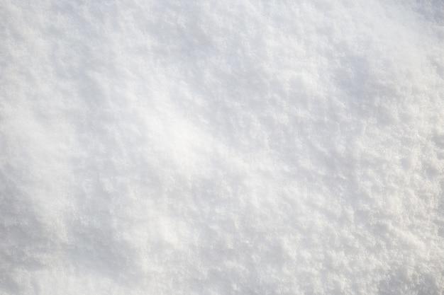 Tekstura śniegu. widok z góry na biały śnieg. tło z miejsca na kopię. zimowy czas