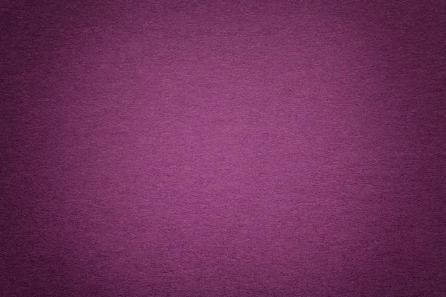 Tekstura stare purpury tapetuje tło, zbliżenie. struktura gęstego kartonu.