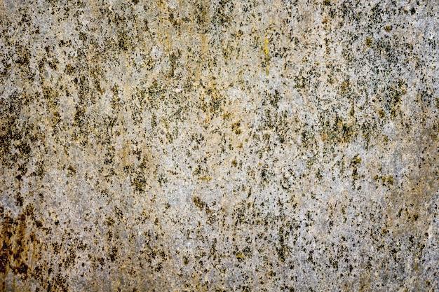 Tekstura starego płaskiego łupka, pokrytego ciemnymi plamami o brązowym odcieniu