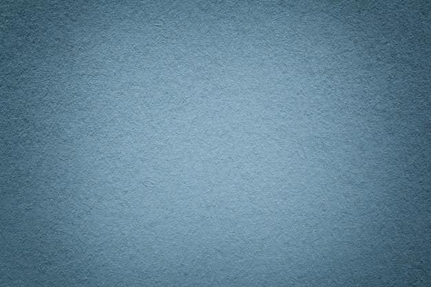 Tekstura starego szarego tła papieru, zbliżenie, struktura gęstego jasnoniebieskiego kartonu,