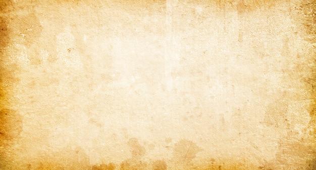 Tekstura starego wyblakłego rocznika papieru, beżowe tło retro, papier grunge z plamami i smugami
