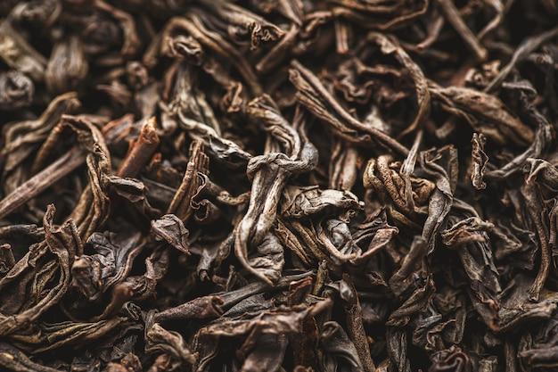Tekstura suchych liści czarnej herbaty