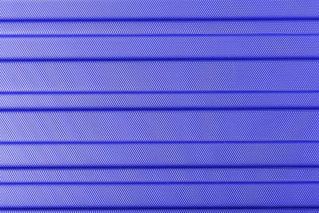 Tekstura surowego lekkiego surowca z metalu w paski. klasyczne niebieskie tło