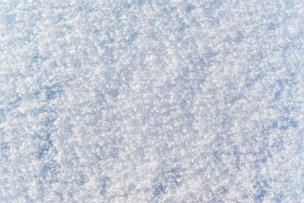 Tekstura tła z miękką puszystą powierzchnią świeżo padającego śniegu