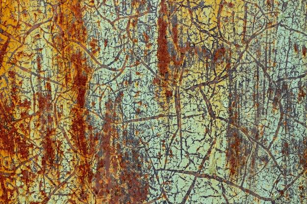 Tekstura tła zardzewiałej powierzchni z odrapaną starą zieloną farbą