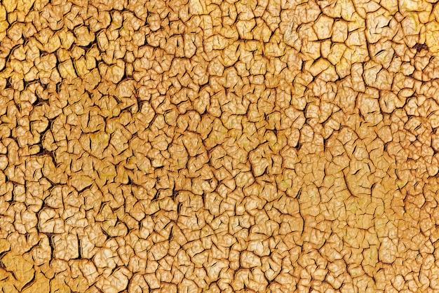Tekstura tło zardzewiały metal farbą złota pęknięty.