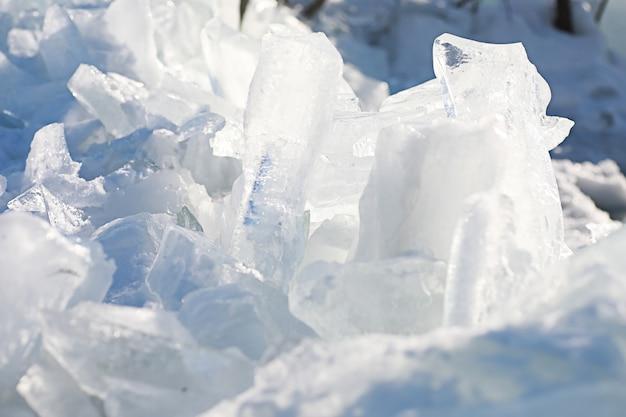 Tekstura topniejącego lodu w wiosenny dzień pod słońcem.