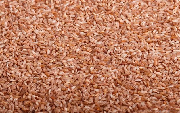 Tekstura unpolished brown ryżowy tło. widok z boku, z bliska.