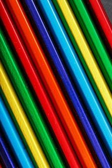 Tekstura wielokolorowych ołówków jest zbliżona na pełnym ekranie. jako tło