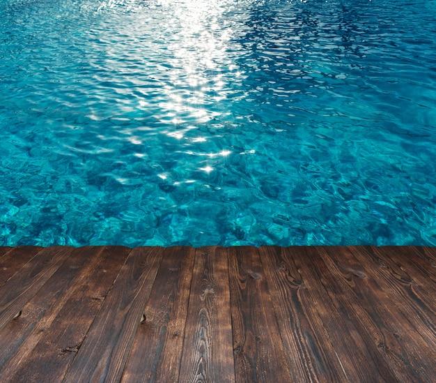 Tekstura woda w basenie i miejsce dla teksta na drewnie