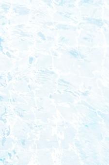 Tekstura wody w basenie w tle światła słonecznego