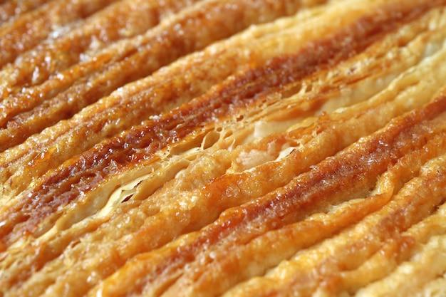 Tekstura zamkniętych i złożonych warstw francuskiego ciasta palmier