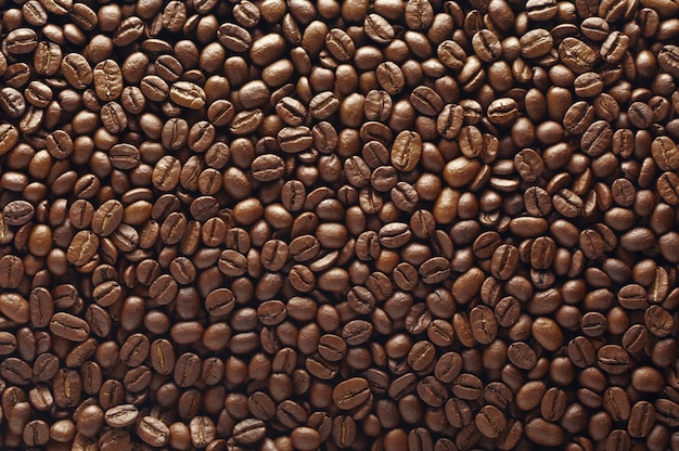Tekstura ziarna kawy z jasnym blaskiem. widok z góry.