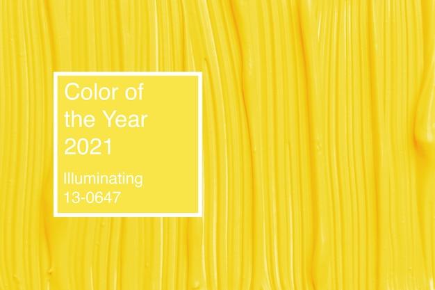 Tekstura żółtego płynnego podkładu na białym tle