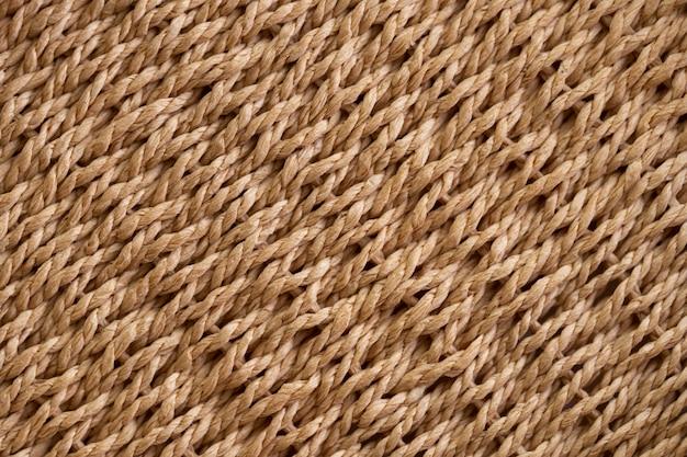 Tekstura żółty kosz wiklinowy. tradycyjny splot rzemieślniczy. wiklinowa powtarzająca się tekstura.