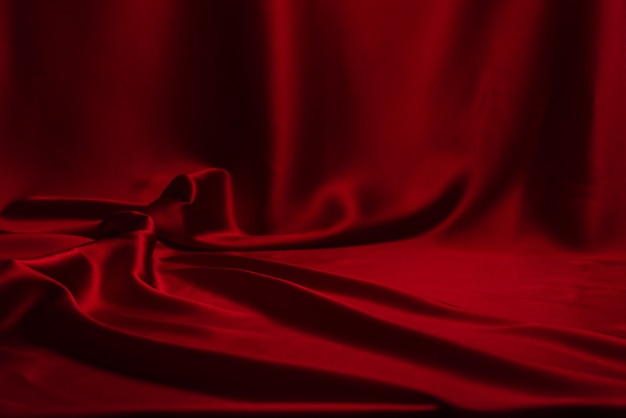 Teksturę tkaniny luksusowej tkaniny z czerwonego jedwabiu lub satyny można wykorzystać jako abstrakcję.