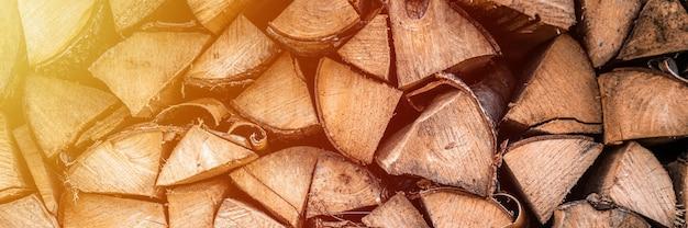 Teksturowane tło drewno opałowe z posiekanego drewna na rozpałkę i ogrzewanie domu. stos drewna z ułożonym drewnem opałowym. tekstura brzozy. transparent. migotać