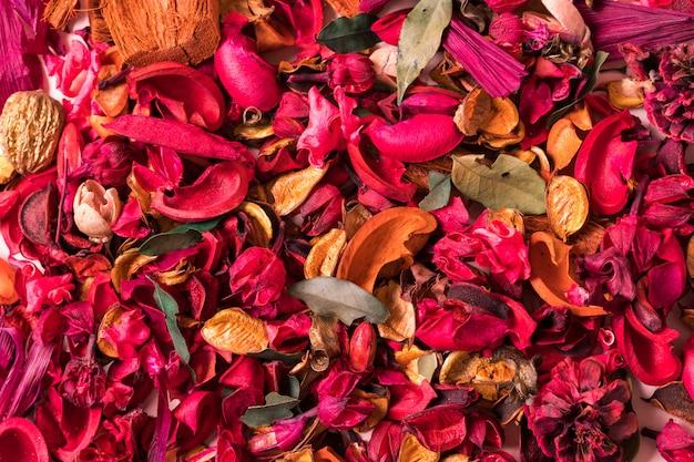 Teksturowane tło ze sztucznymi czerwonymi kwiatami.
