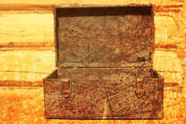 Teksturowany efekt porysowania na zdjęciu starego narzędzia do szuflady