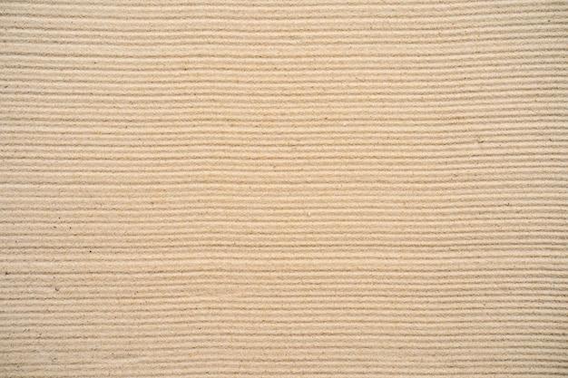Teksturowany piasek na plaży.