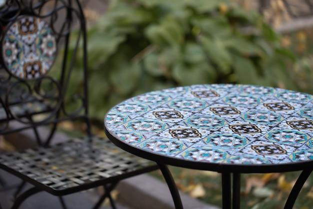 Teksturowany stół i krzesło z pięknymi wzorami na zewnątrz.