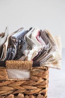 Tekstylia kuchenne. stos tkanin w różnych kolorach i fakturach, zbliżenie.