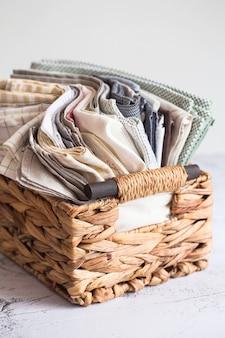Tekstylia kuchenne. stos tkanin w różnych kolorach tekstury, zbliżenie. rekwizyty do fotografii żywności