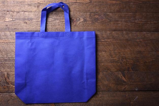 Tekstylna torba na drewnianym stole
