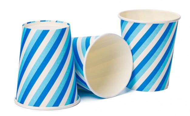Tekturowe kubki ozdobione niebieskimi liniami