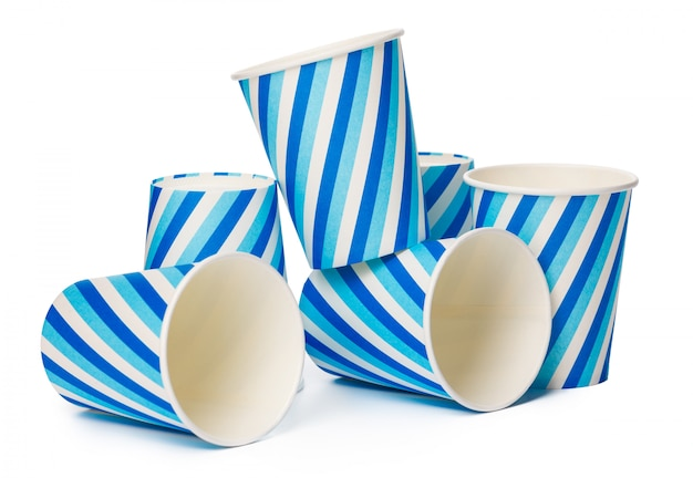 Tekturowe kubki ozdobione wzorem niebieskich linii na białym tle